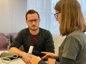 Maco Mitarbeiter bei der Messung des Lungenvolumen